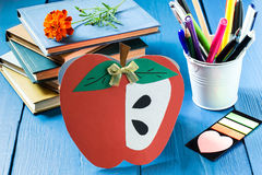 Libros, postal hecha en casa en la forma de manzana y efectos de escritorio de la escuela Imagen de archivo