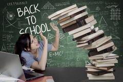 Libros que caen de los controles caucásicos del estudiante universitario Fotografía de archivo