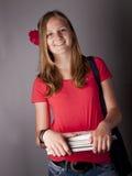 Libros que llevan del estudiante adolescente femenino joven Fotos de archivo