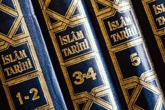 Libros religiosos acerca de la historia del Islam en biblioteca imágenes de archivo libres de regalías