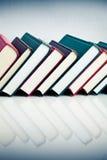 Libros rojos, negros y verdes en fila Fotografía de archivo libre de regalías