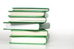 Libros verdes apilados para arriba Imagen de archivo libre de regalías