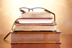 Libros viejos con los vidrios Foto de archivo libre de regalías