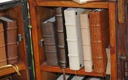 Libros viejos del cuero-límite en un anticuario Imagenes de archivo