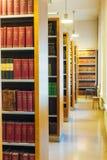 Libros viejos del vintage en Shelfs de madera en biblioteca Imagen de archivo