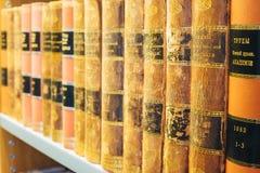 Libros viejos del vintage en Shelfs de madera en biblioteca Foto de archivo libre de regalías