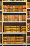 Libros viejos del vintage en Shelfs de madera en biblioteca Fotos de archivo