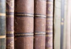 Libros viejos en biblioteca Imagen de archivo
