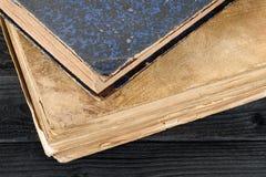 Libros viejos en el cierre de madera de la tabla para arriba imagenes de archivo
