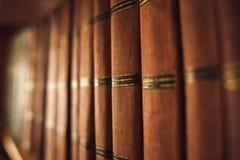 Libros viejos en el estante Foto de archivo libre de regalías