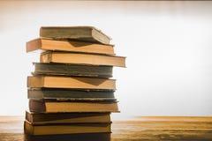 Libros viejos en el vector de madera Imagen de archivo
