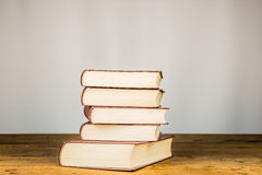 Libros viejos en el vector de madera Imágenes de archivo libres de regalías