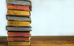 Libros viejos en el vector de madera Fotografía de archivo