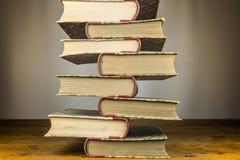 Libros viejos en el vector de madera Foto de archivo