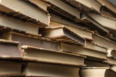 Libros viejos en el vector de madera Foto de archivo libre de regalías
