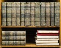 Libros viejos en estante Fotos de archivo libres de regalías