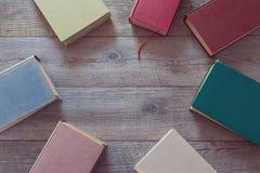 Libros viejos en fondo de madera Visión desde arriba Imagenes de archivo