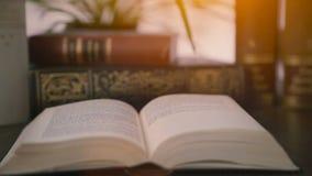 Libros viejos en la mesa almacen de metraje de vídeo
