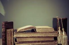 Libros viejos en la tabla, estilo del vintage, retro Imagen de archivo libre de regalías