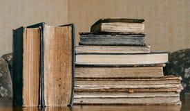 Libros viejos en la tabla, estilo del vintage, retro Fotografía de archivo libre de regalías