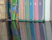 Libros viejos en la tabla marrón de madera Fotos de archivo