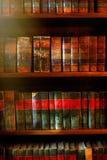 Libros viejos en los estantes Fotos de archivo libres de regalías