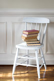 Libros viejos en silla Imágenes de archivo libres de regalías