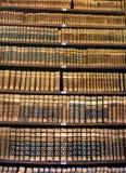 Libros viejos en un estante de la biblioteca fotos de archivo