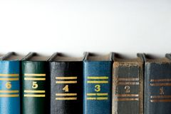 Libros viejos, en un fondo blanco fotos de archivo libres de regalías