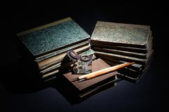 libros viejos, papeles, pluma de la tinta y tintero en negro fotos de archivo libres de regalías