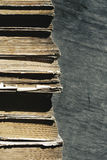 Libros viejos Pila de libros viejos en un fondo de madera Imagenes de archivo