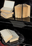 Libros viejos puestos en el piano Fotografía de archivo libre de regalías