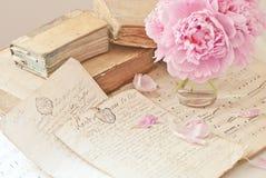 Libros viejos y flores imágenes de archivo libres de regalías