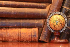 Libros viejos y globo imágenes de archivo libres de regalías