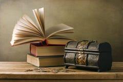 Libros viejos y rectángulo del pecho imagen de archivo