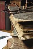 Libros viejos y vidrios Fotografía de archivo libre de regalías