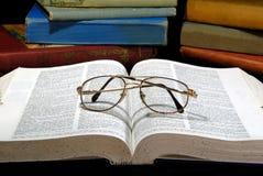 Libros viejos y vidrios Imagen de archivo libre de regalías
