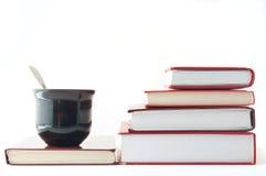 Libros y café o té imágenes de archivo libres de regalías
