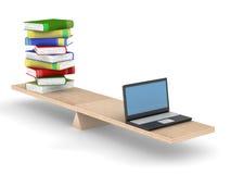 Libros y computadora portátil en escalas. Fotos de archivo
