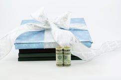 Libros y educación como regalos sabios de la inversión Fotografía de archivo