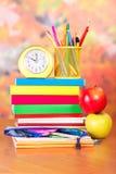 Libros y efectos de escritorio de escuela imagen de archivo libre de regalías