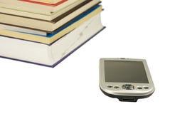 Libros y el ordenador del bolsillo Imágenes de archivo libres de regalías
