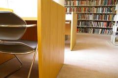 Libros y escritorio de la biblioteca fotografía de archivo