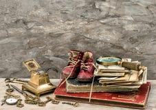 Libros y fotos antiguas, llaves y accesorios de la escritura Imágenes de archivo libres de regalías