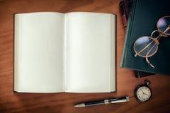 Libros y gafas Imagenes de archivo