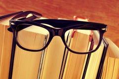 Libros y lentes, con un efecto retro imágenes de archivo libres de regalías