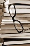 Libros y lentes, en blanco y negro Fotos de archivo