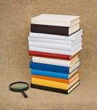 Libros y lupa - aún vida educativa Imagen de archivo libre de regalías