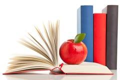 Libros y manzana Imágenes de archivo libres de regalías