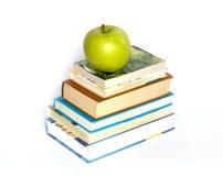 Libros y manzana Imagen de archivo libre de regalías